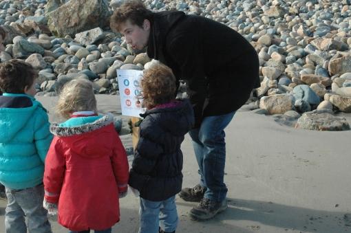 Ramasser les déchets sur la plage, ça coule de source!